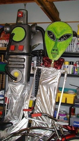 alien-and-robot-in-shop