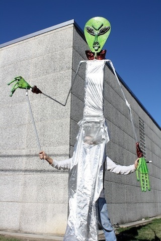 giant-alien-puppet